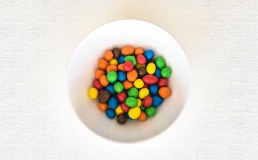 ¿Por qué los M&M's son de colores?